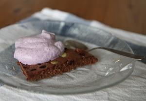 suklaakakku_mustikkakerma